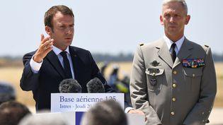 Le président de la République Emmanuel Macron, àcôtés lechef d'état-major des armées, François Lecointe, prononce un discours, àIstres (Bouches-du-rhône),le 20 juillet 2017.   (ANNE-CHRISTINE POUJOULAT/AFP)