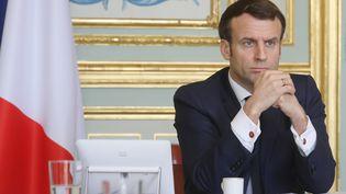 Emmanuel Macron, le 19 mars 2020, lors d'une réunion sur la crise du coronavirus organisée à l'Elysée. (LUDOVIC MARIN / AFP)