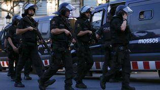 Des policiers espagnols patrouillent à Barcelone (Espagne), où une camionnette a foncé dans la foule, jeudi 17 août 2017. (PAU BARRENA / AFP)