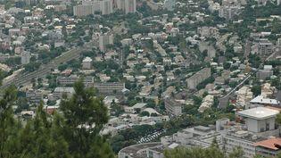 Vue de Saint Denis et l'hôpital en premier plan, depuis la route de la Montagne à la Réunion. (JACKY SCHOENTGEN / MAXPPP)
