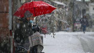 Un homme sans-abri sous la neige à Mulhouse (Haut-Rhin), le 14 janvier 2021. (SEBASTIEN BOZON / AFP)