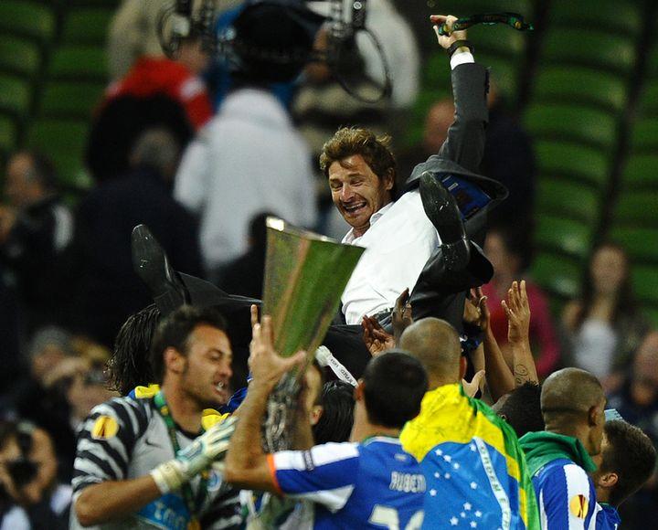AVB porté aux nues par ses joueurs après la victoire en Ligue Europa (PAUL ELLIS / AFP)