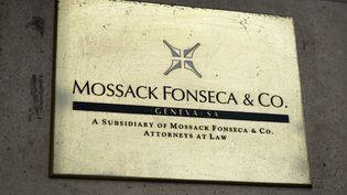 Une plaque sur le bureau de Genève (Suisse) du cabinet d'avocats Mossack Fonseca, au cœur de l'affaire des Panama Papers, le 16 juin 2016. (FABRICE COFFRINI / AFP)