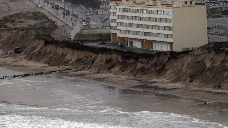 Le littoral a largement reculé à Soulac-sur-Mer (Gironde) après la forte houle de début janvier, 5 janvier 2014. (MAXPPP)