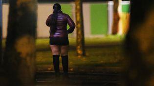 Une travailleuse du sexe à Caen (Calvados), le 29 novembre 2017. (CHARLY TRIBALLEAU / AFP)