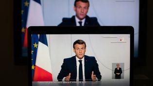 Le président de la République, Emmanuel Macron, à la télévision, lorsd'une allocutionsur le Covid-19, le 28 octobre 2020. (MARIE MAGNIN / HANS LUCAS / AFP)