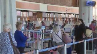 Le risque de contamination importé est encore plus fort quand il s'agit d'une île. À La Réunion, tout le personnel de l'aéroport est testé. Cela permet de prévenir la propagation du Covid-19. (FRANCE 3)