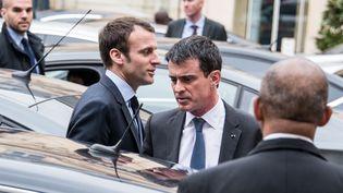 Emmanuel Macron et Manuel Valls dans la cour de Matignon, le 10 mars 2016. (CITIZENSIDE/YANN KORBI / CITIZENSIDE)