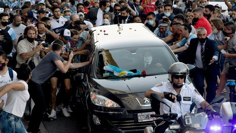 Les fans se ruent pour s'approcher du cortège funèbre de Diego Armando Maradona dans les rues de Buenos Aires (RAUL FERRARI / TELAM)