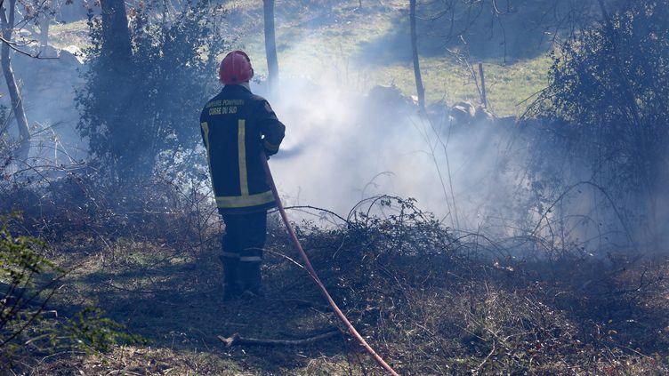 Un pompier à Sampolo en Corse où des incendies ont démarré, le 24 février. (JEAN-PIERRE BELZIT / MAXPPP)