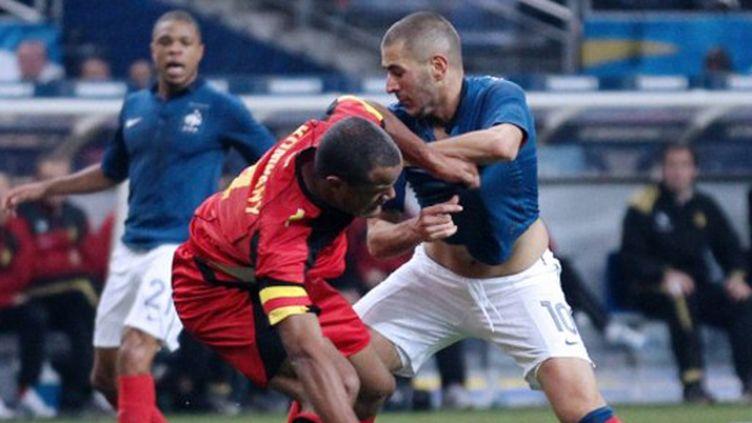 Karim Benzema face au capitaine ege Company (JACQUES DEMARTHON / AFP)