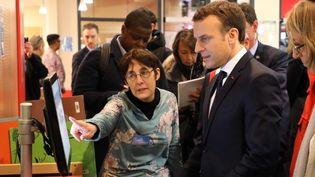 Emmanuel Macron et Françoise Nyssen à la médiathèquedes Mureaux (Yvelynes) le 20 février 2018  (ludovic MARIN / AFP)