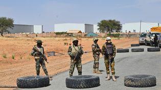 Des soldats nigériens à l'entrée de l'aéroport deDiffa, dans lesud-est du Niger, le 23 décembre 2020. (ISSOUF SANOGO / AFP)