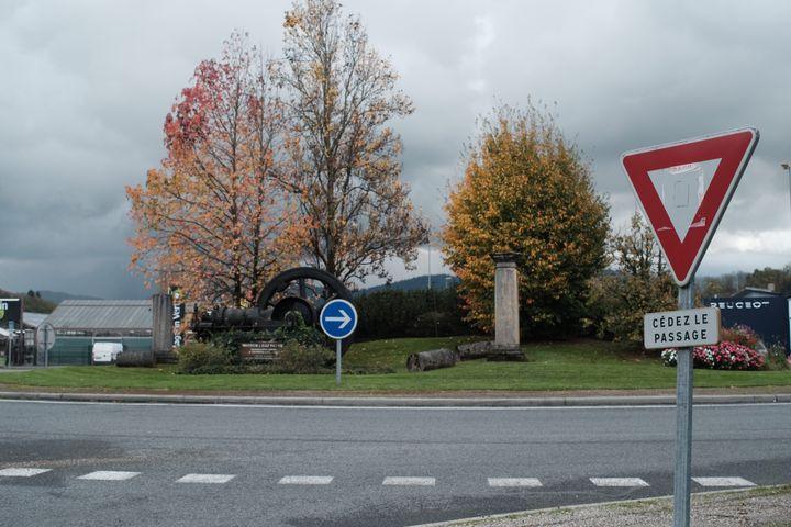 """Le rond-point dePont-de-Beauvoisin (Savoie) où est morte une femme de 63 ans lors de la première manifestation des """"gilets jaunes"""", le 17 novembre 2018. (FRANCE / ELISE LAMBERT)"""