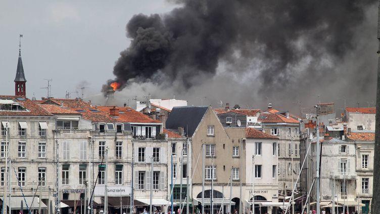 Un incendie a ravagé durant plus de 14 heures la toiture de l'hôtel de ville de La Rochelle, vendredi 28 juin. (MAXPPP)