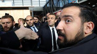 Alexandre Benalla devant Emmanuel Macron lors du 55e Salon de l'agriculture, le 24 février 2018 à Paris. (POOL NEW / REUTERS)