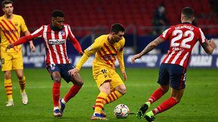 L'Argentin Lionel Messi face au Français Thomas Lemar et le défenseur espagnol Mario Hermoso lors de la victoire de l'Atlético de Madrid 1-0 en novembre dernier. (GABRIEL BOUYS / AFP)