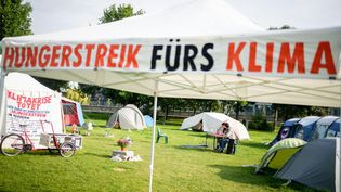 15 September 2021, Berlin: A camp of hunger strikers is set up in the government district. The activists have been on hunger strike for climate protection for 17 days and want to achieve a meeting with the three candidates for chancellor. (KAY NIETFELD / DPA)