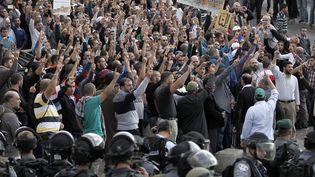 Une foule d'environ 400 personnes rassemblée face aux forces de l'ordre auxabords de la mosquée Al-Aqsa, le 15 octobre 2014, àJérusalem. (AHMAD GHARABLI / AFP)