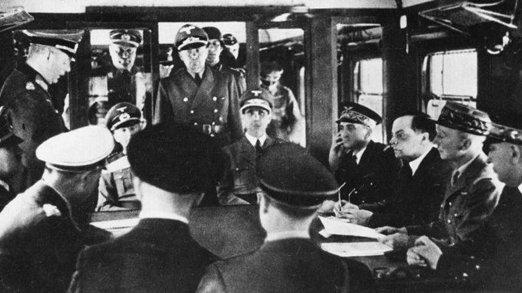Le 22 juin 1940 à Compiègne (Oise), la France et l'Allemagne signent l'armistice. On distingue Hitler assis à gauche. En face de lui, le Général Hutzinger (2e en partant de la droite) qui représente la France.  (Photosvintages / Photo12)