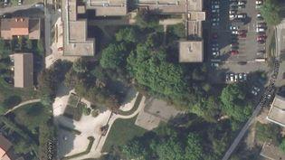 Vue aérienne du square Albert-Camus, en 2015, à Trappes (Yvelines). (GOOGLE STREET VIEW / FRANCETV INFO)