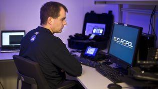 Un employé du centre européen de cybercriminalité de l'agence Europol, le 11 janvier 2013, à La Haye (Pays-Bas). (ILVY NJIOKIKTJIEN / ANP / AFP)