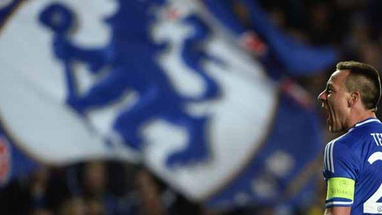 John Terry rugit devant l'une des tribunes enflammées de Stamford Bridge.  (? DYLAN MARTINEZ / REUTERS / X00177)