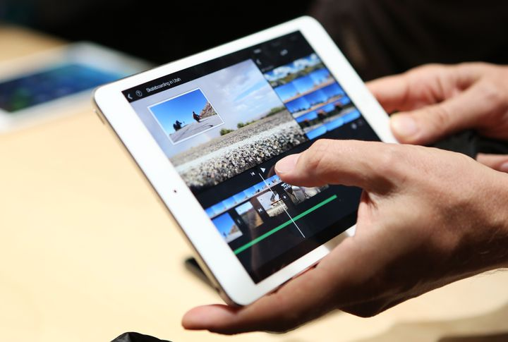 Un journaliste manipule le nouvel iPad mini Retina, le 22 octobre 2013 à San Francisco (Californie, Etats-Unis). (ROBERT GALBRAITH / REUTERS)