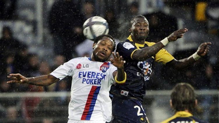 Duel entre Dja Djédjé et Makoun (ANNE-CHRISTINE POUJOULAT / AFP)