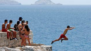 Un adolescent plonge dans la Méditerranée, le 27 juin 2017 à Marseille (Bouches-du-Rhône). (JEAN-PAUL PELISSIER / REUTERS)
