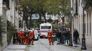 Des pompiers rue Nicolas-Appert à Paris, sur les lieux de l'attaque à l'arme blanche perpétrée le 25 septembre 2020. (GEOFFROY VAN DER HASSELT / AFP)