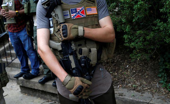 Un membre d'une milice de suprémacistes blancs, près du rassemblement de Charlotteville (Virginie, Etats-Unis), le 12 août 2017. (JOSHUA ROBERTS / REUTERS)