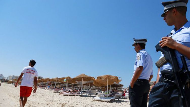 Policiers tunisiens patrouillant sur une plage de Sousse, le 2 juillet 2015, une semaine après l'attaque terroriste qui a tué 38 personnes (et en a blessées 36 autres). (AFP - MED AMINE BEN AZIZA - ANADOLU AGENCY)