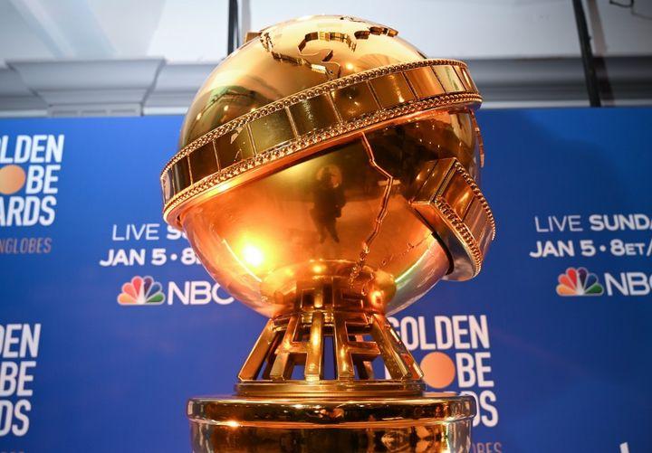 Une reproduction géante du trophée des Golden Globes (2019). (ROBYN BECK / AFP)