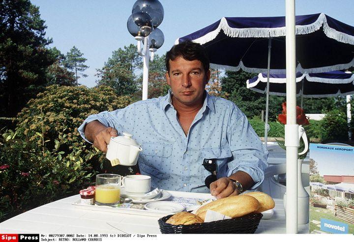 Rolland Courbis prend son petit-déjeuner, en 1993, à Marseille. (DIDELOT/SIPA / SIPA)