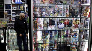 Un magasin de jeux vidéo à Paris, le 22 mars 2021. (THOMAS COEX / AFP)