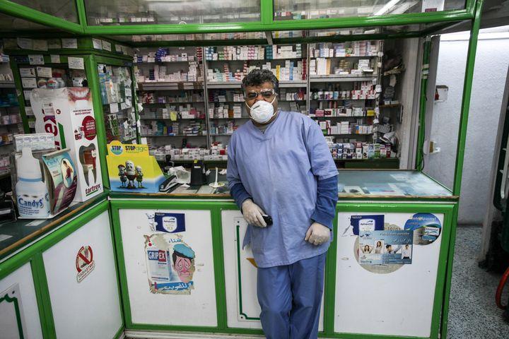 Un pharmacien pose dans sa boutique d'Ariana, dans la banlieue nordde Tunis, le 1e mars 2020. (AFP - CHEDLY BEN IBRAHIM / HANS LUCAS)
