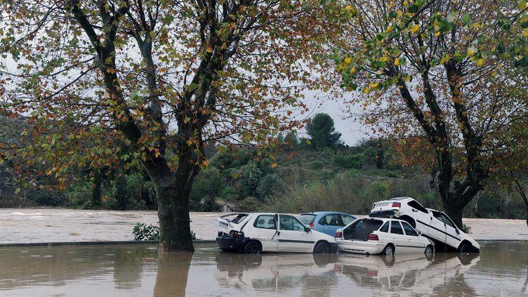 Des voitures emportées par les eaux à Portel-des-Corbières (Aude), le 30 novembre 2014. (ERIC CABANIS / AFP)