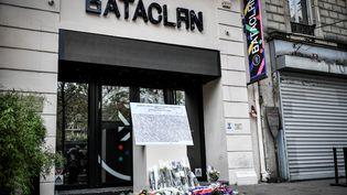 Une plaque commémorative et des fleurs déposées devant le Bataclan à l'occasion du quatrième anniversaire des attentats de novembre 2015, à Paris, le 13 novembre 2019. (STEPHANE DE SAKUTIN / AFP)