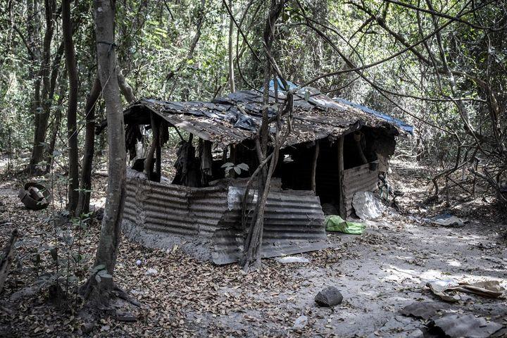Un des abris composant le camp des rebelles du Mouvement des forces démocratiques de Casamance, attaqué par l'armée sénégalaise le 26 janvier 2021. (JOHN WESSELS / AFP)