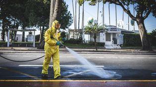 Une opération de désinfection dans une rue de Cannes (Alpes-Maritimes), le 26 mars 2020. (FREDERIC DIDES / HANS LUCAS / AFP)