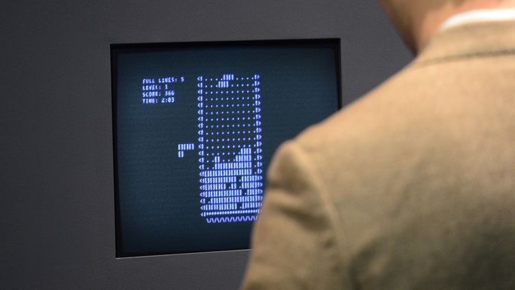 La première version du jeu Tetris (1984), conservée au musée d'art moderne de New York, le 1er mars 2013. (EMMANUEL DUNAND / AFP)
