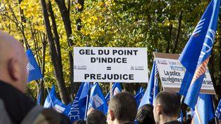Des policiers manifestent contre le gel du point d'indice des fonctionnaires, le 13 novembre 2013, à Paris. (CITIZENSIDE / NICOLAS KOVARIK / CITIZENSIDE.COM / AFP)