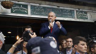 Benyamin Nétanyahou s'adresse à ses supporters, le 8 avril 2019 sur le marché de Jérusalem (Israël). (MENAHEM KAHANA / AFP)