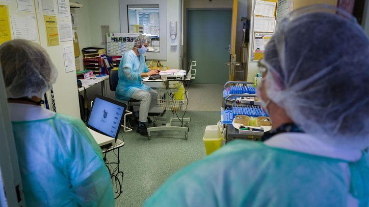 Des membres du personnel de santé de l'unité de médecine physique et de réadaptation à l'hôpital Emile Muller de Mulhouse, le 29 avril 2020 (photo d'illustration). (SEBASTIEN BOZON / AFP)