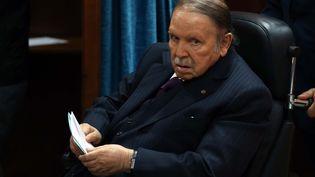 Le président algérien Abdelaziz Bouteflika dans un bureau de vote, à Alger, la capitale du pays, le 23 novembre 2017. (BILLAL BENSALEM / NURPHOTO / AFP)