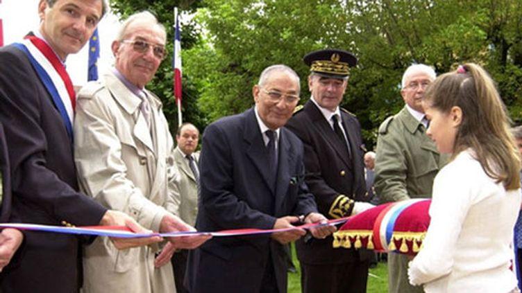 Le maire d'AIx les Bains Dominique Dord (à gauche) le 6 juillet 2002 (AFP/ JEAN-PIERRE CLATOT)