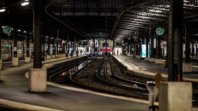 Une photo de la Gare de l'Est à Paris, le 23 décembre 2019. (STEPHANE DE SAKUTIN / AFP)