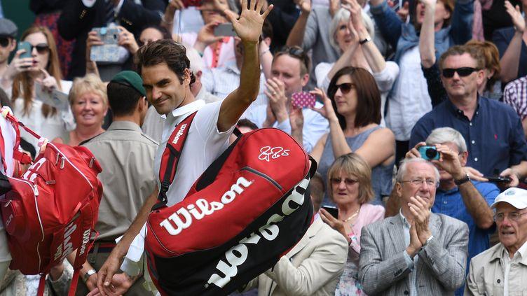 Le Suisse Roger Federer salut le public de Wimbledon lors de sa dernière apparition sur le circuit en 2016 (LEON NEAL / AFP)