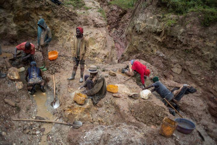 Dans les mines artisanales de l'est de la République démocratique du Congo, c'est à la main que s'effectue le travail, pour récolter la cassiterite ou le coltan. (GRIFF TAPPER / AFP)